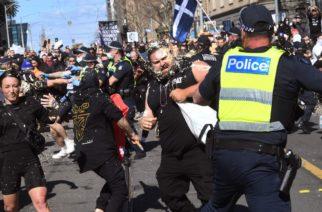 Manifestantes enfrentan a policías durante protestas contra restricciones en Australia
