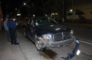 Grave pareja de motociclistas que se pasó el alto y fue embestida por camioneta en el Cerrito de la Cruz