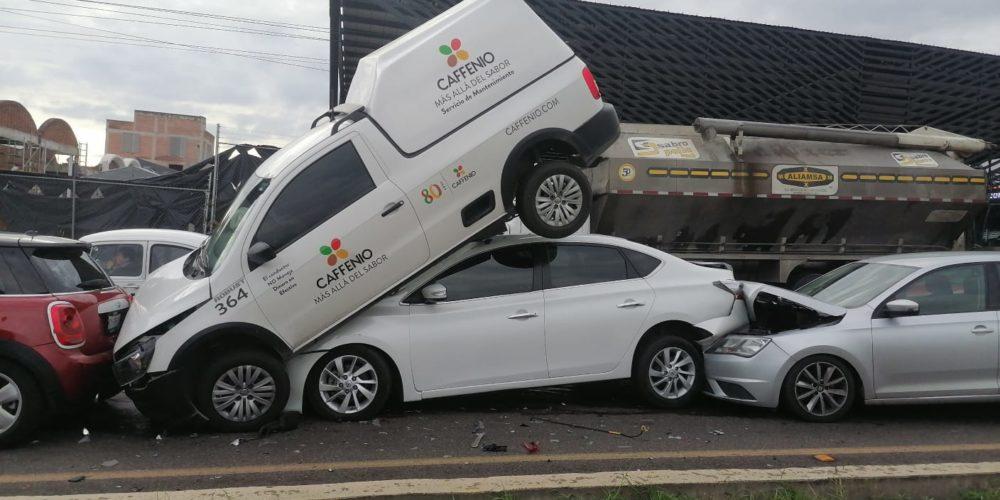 Aparatoso accidente en la 45 norte, deja caos vial