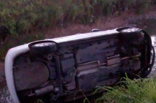 Conductor termina en arroyo tras accidentarse en Trojes de Oriente