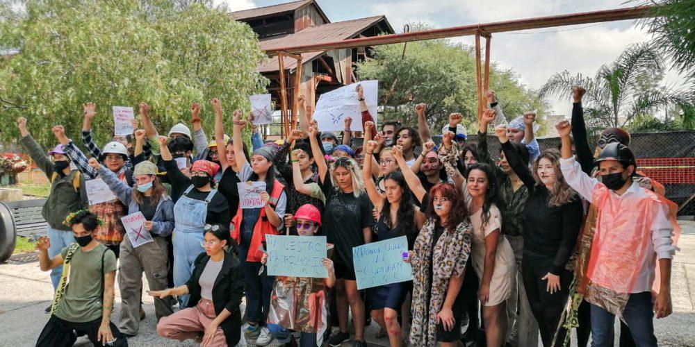 Estudiantes de la Universidad de las Artes se manifiestan contra obras estatales en Tres Centurias