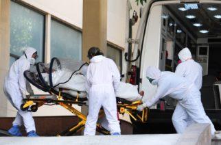 Despiden a paramédicos por bailar junto al cuerpo de una mujer que falleció por covid