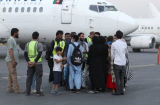 EU suspende vuelos que trasladan a afganos por casos de sarampión