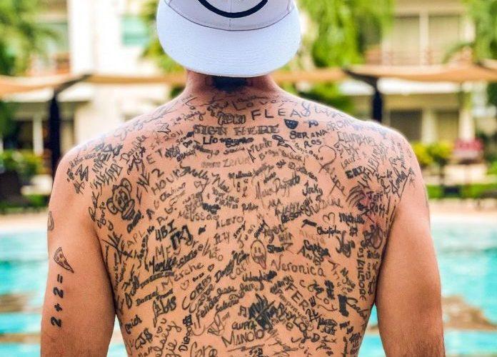 Logra récord mundial al tatuarse más de 225 firmas en la espalda