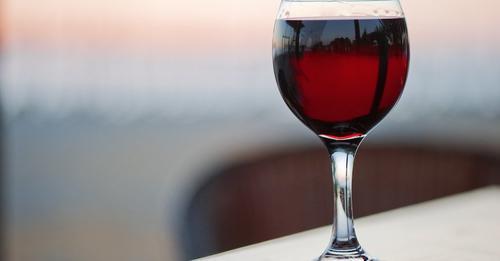 Tomar una copa de vino por las noches es saludable: Estudio