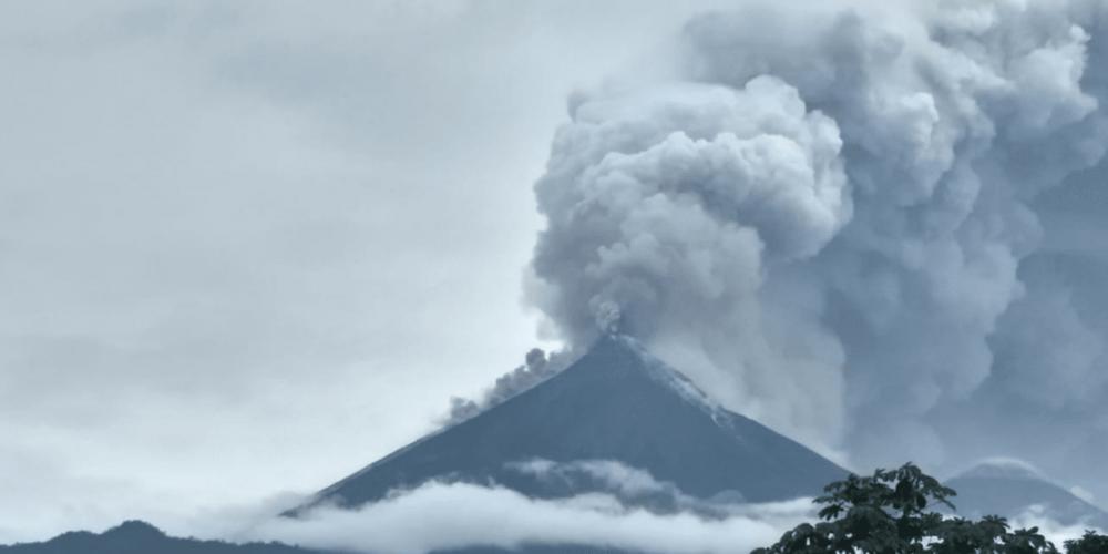 Entra en erupción volcán de Fuego en Guatemala