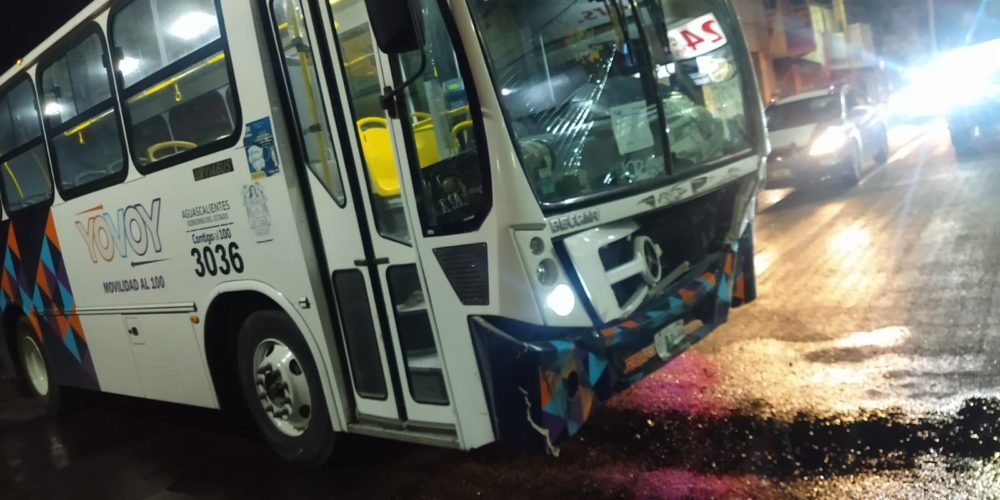 Se registra accidente entre un camión y una camioneta en la zona centro