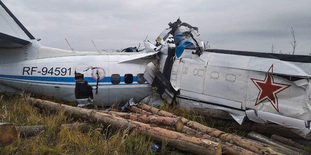 Avión con paracaidistas se estrella en Rusia; mueren 16 personas